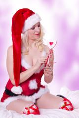 Frau in Weihnachtsmann Dessous