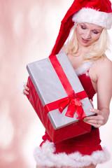 Überraschung beim Weihnachtsgeschenk öffnen