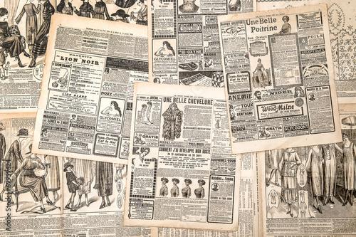 obraz lub plakat Stron gazet z antykami reklamy. Kobiety mody magazi