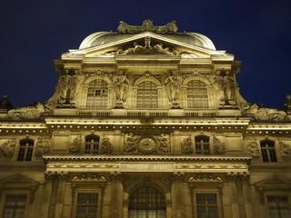 Anochecer en el Museo del Louvre en París