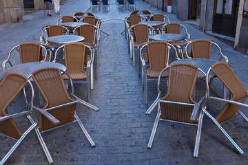 Terrasse de café, tables et chaises