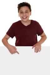 Junge oder Teenager zeigt auf leeres Plakat mit Textfreiraum