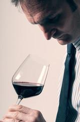 Sommelier degusta vino rosso