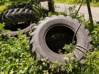 屋外に放置したトラックのタイヤ