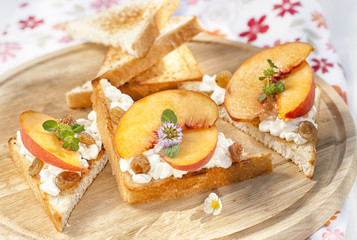 Toast with cottage cheese, raisins and fresh ripe peaches