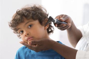 enfant visite medicale - otoscope