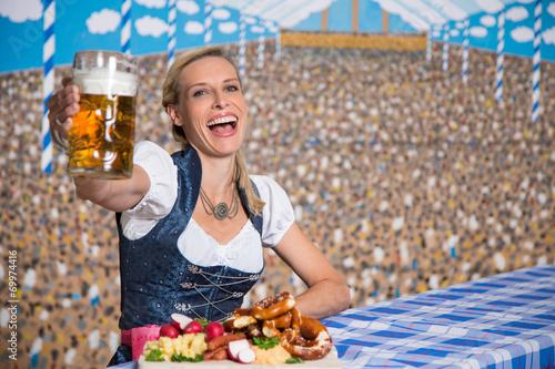 canvas print picture Hübsche Frau im Bierzelt mit Bayrischen Spezialitäten