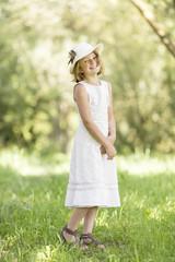 Kleines Mädchen auf einer Wiese