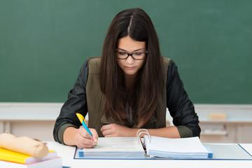 konzentrierte studentin macht sich notizen