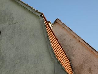 renovierungsbedürftiger dachgiebel