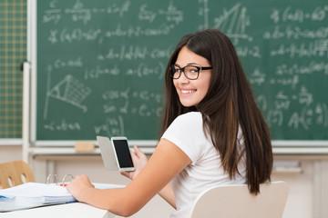 schülerin benutzt handy im unterricht