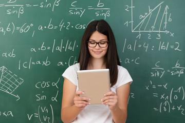 schülerin benutzt tablet-pc in mathematik