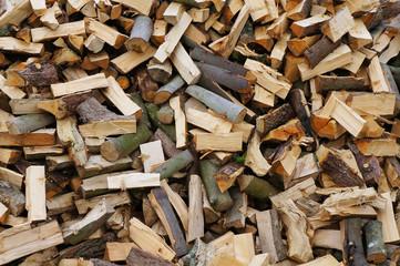 Hintergrund ungeordneter Haufen Brennholz formatfüllend