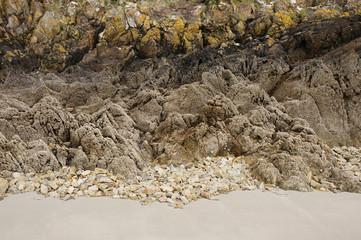 Sand und Felsen des Strandes von Questelan bei Riec sur Belon
