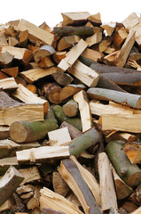 Hintergrund ungeordneter Haufen Brennholz als Freisteller
