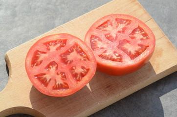 Tomate auf dem Schneidbrett
