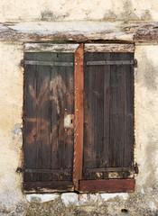 volets fermés sur fenêtre ancienne