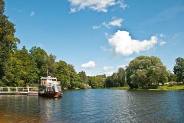 Imbarcazione sul fiume