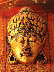 visage bouddhiste ornée d'or