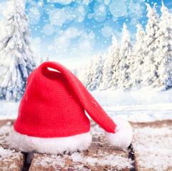 Weihnachtsmannmütze im Schnee