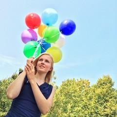 Frau im Sommer mit bunten Ballons