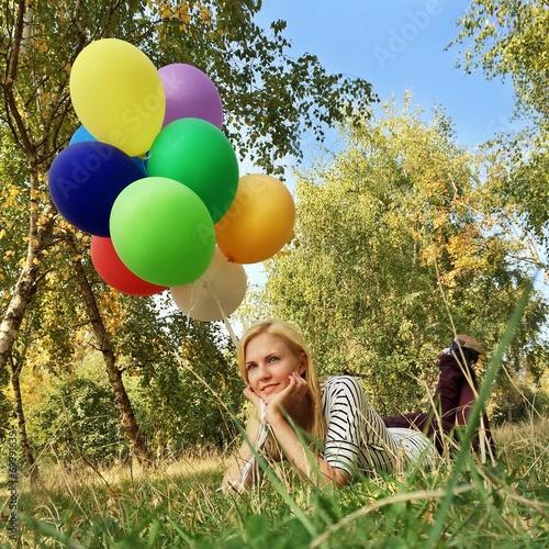 canvas print picture Frau mit Luftballons im Gras