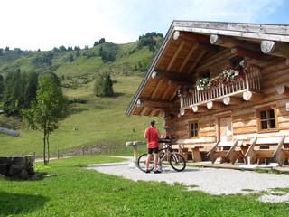 mountainbiker auf der alm