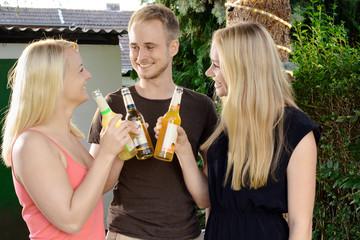 Freunde feiern auf Party im Garten