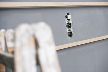 Steckdosenzugang in einer Hauswand