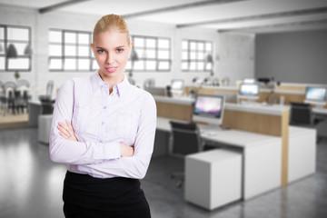 attraktive blonde junge Frau vor Bürohintergrund