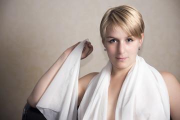 Frau mit weißem Schal