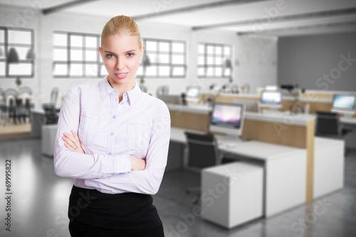 Staande foto Industrial geb. attraktive blonde junge Frau vor Bürohintergrund