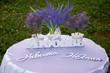 Стол с надписями жених, невеста, любовь