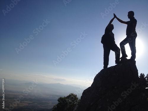 Tuinposter Alpinisme zirvede başarıyı kutlamak