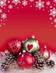 Weihnachtskugeln mit Dekoration und Sternen