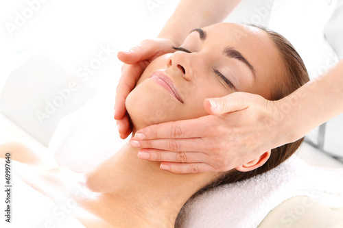 Zabieg kosmetyczny masaż twarzy - 69997640