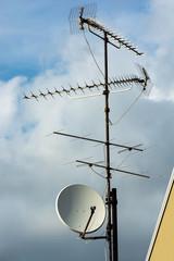 Komplexe Antenne auf Hausdach