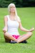 Junge Frau macht Yoga im Stadtpark