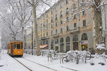 Tram con neve