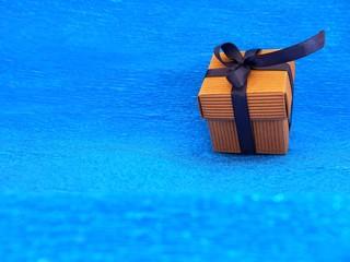 Pacco regalo con fiocco blu