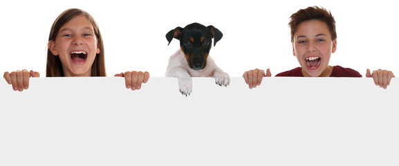Kinder und Hund haben Spaß mit leerem Schild und Textfreiraum