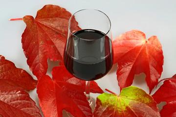 Rotwein mit Weinblättern