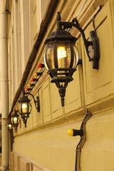 ряд фонарей на стене