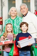 Kinder mit Oma und Opa an Weihnachten