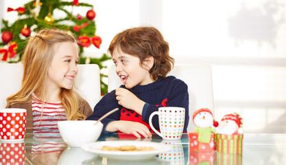Kinder essen Kekse zu Weihnachten