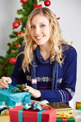 Frau packt Geschenke ein zu Weihnachten