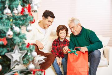Kind mit Vater und Großvater zu Weihnachten