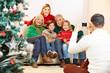 Vater macht Familienfoto zu Weihnachten