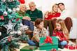 Kinder packen Geschenke aus zu Weihnachten