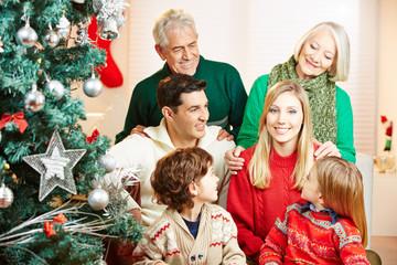Frau im Kreis ihrer Familie zu Weihnachten